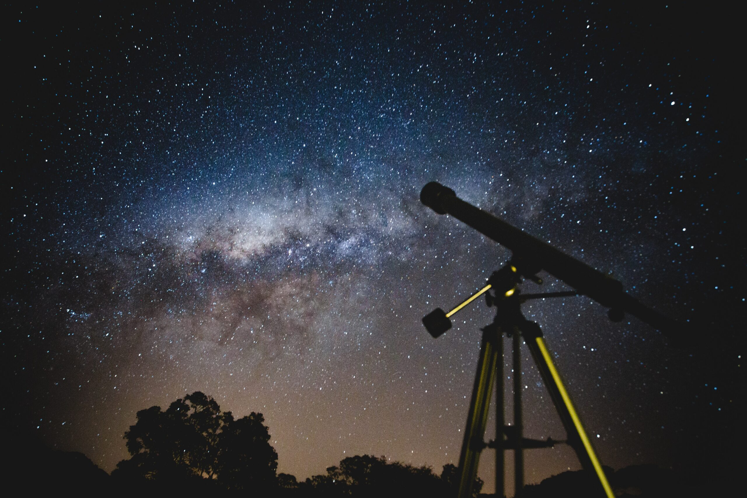 Binoculars vs. Telescopes: Key Differences and Why Binoculars are Better